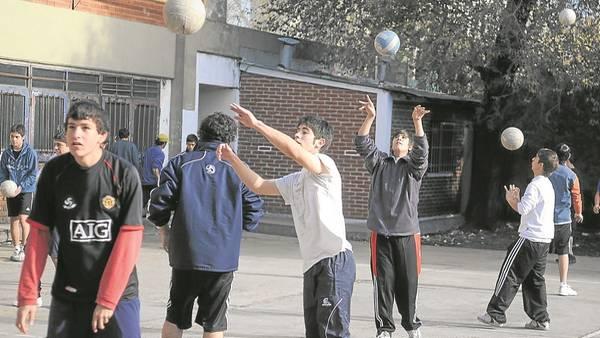 Chicos quietos: el 40% tiene poca gimnasia en la escuela