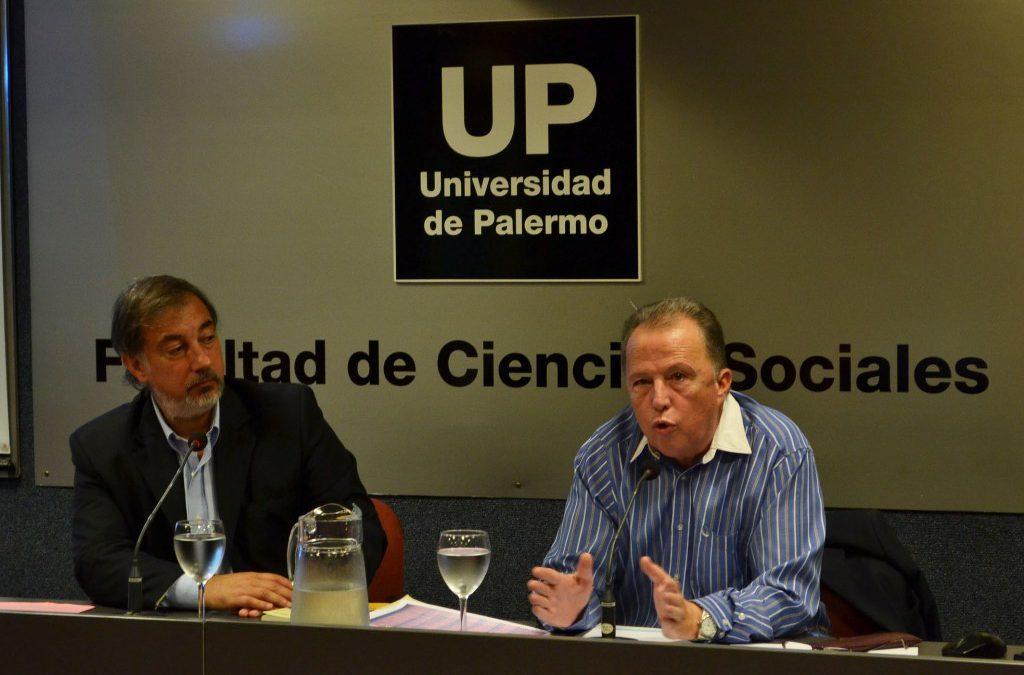 Víctor Lupo ante los estudiantes de periodismo de la Universidad de Palermo