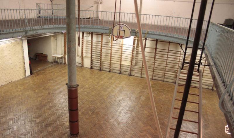 Un siglo después, la cancha de baloncesto más antigua del mundo sigue abierta — Jody Serrano