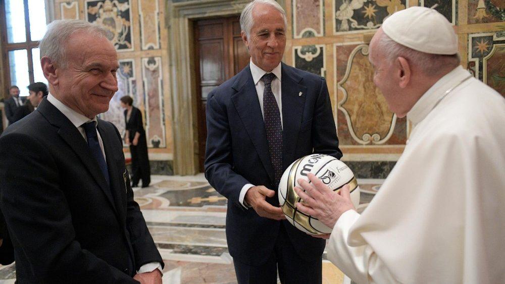 El Papa destaca dos claves básicas en el deporte: trabajo en equipo y disciplina
